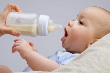 Hrănirea cu lapte praf în primul an de viață – beneficii, riscuri, recomandări