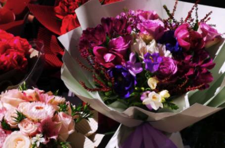 Încă mai aștepți un motiv pentru care să alegi buchete de flori online și alte aranjamente florale? Îți oferim 5!
