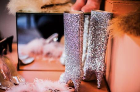 Cum asortezi culorile metalizate în outfituri diverse