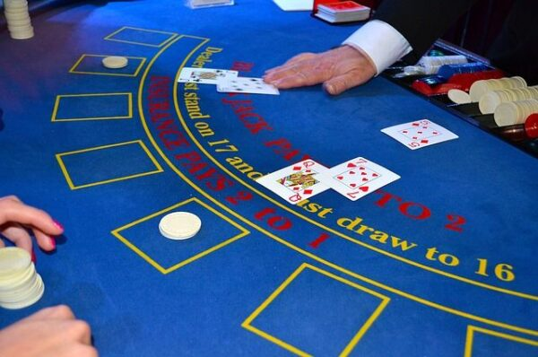 Meseria de crupier sau dealer la cazino – avantaje și dezavantaje