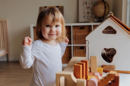 4 avantaje ale tablitei Busy Board, cu activitati din lemn pentru copii